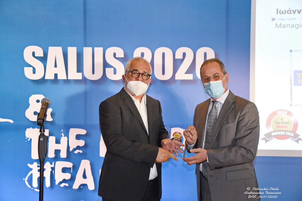 "Ioannis Kapetanakis accepts the ""Kind Hearts"" award"